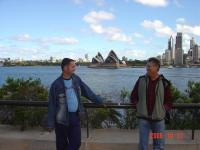 Dupla_KáVé_Köteles_István_Váradi_Jenő_2006_Ausztrália_turné_Sidney_Operaház_előtt