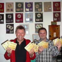 Dupla_KáVé_Köteles_István_Váradi_Jenő_2011_Megjelent a Best of válogatáslemezünk, a 13. albumunk, háttérben a falon arany-, platina- és dupla platinalemezek